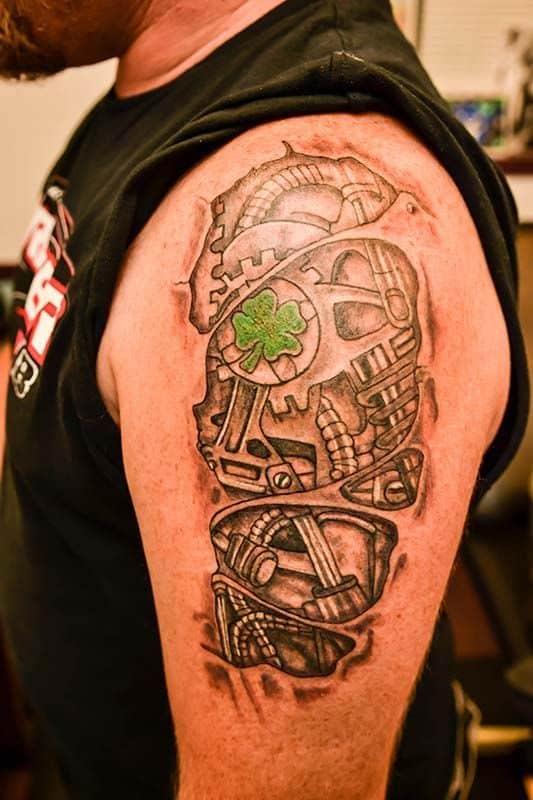 tattoo biomecânica em preto e branco