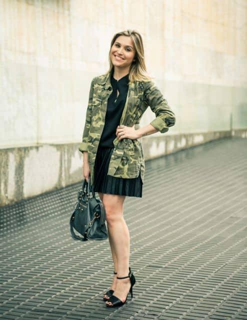 look com saia plissada e jaqueta camuflada