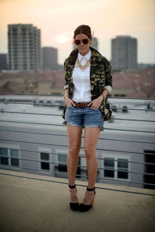 look com short jeans e jaqueta exército