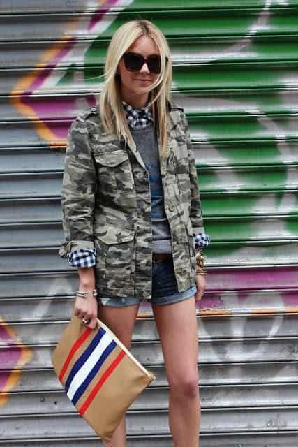 look com short jeans e jaqueta camuflada