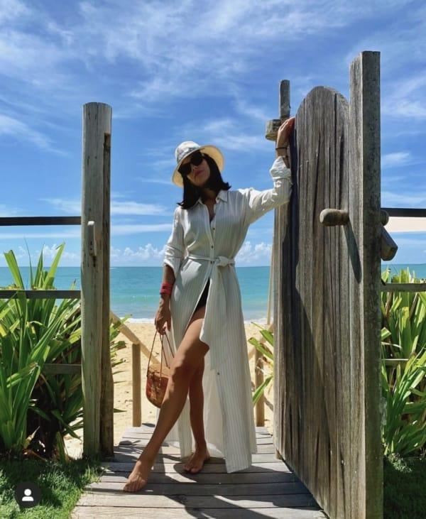 look com chemise de manga longa na praia