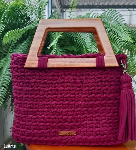 bolsa grande de fio de malha com alça de madeira