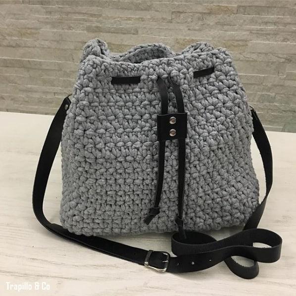 bolsa saco de fio de malha com alça de couro