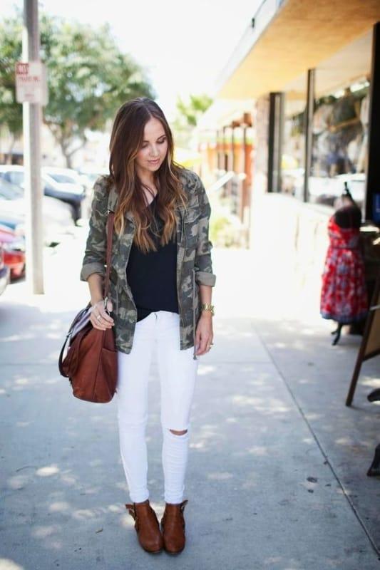 look com calça branca e jaqueta parka camuflada