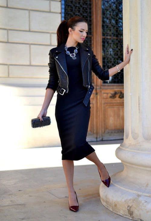look com vestido midi justo e jaqueta de couro