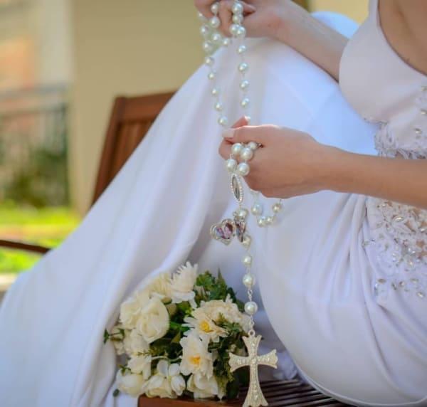 modelo de terço para noiva com relicário de fotos