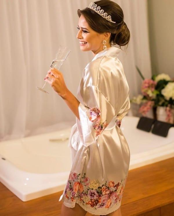 noiva com robe de estampa floral