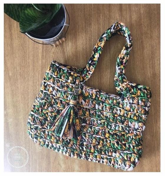 bolsa grande em fio de malha colorido