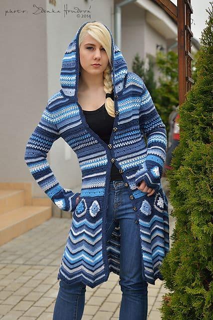 casaco de crochê azul com capuz