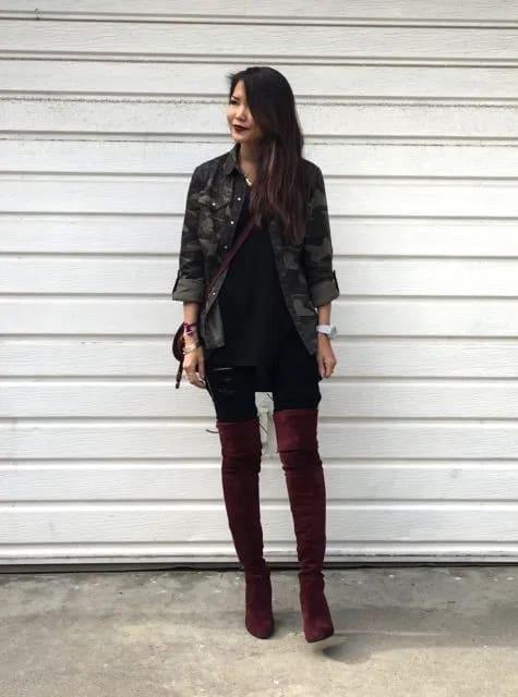 look de inverno com jaqueta camuflada e bota over the knee