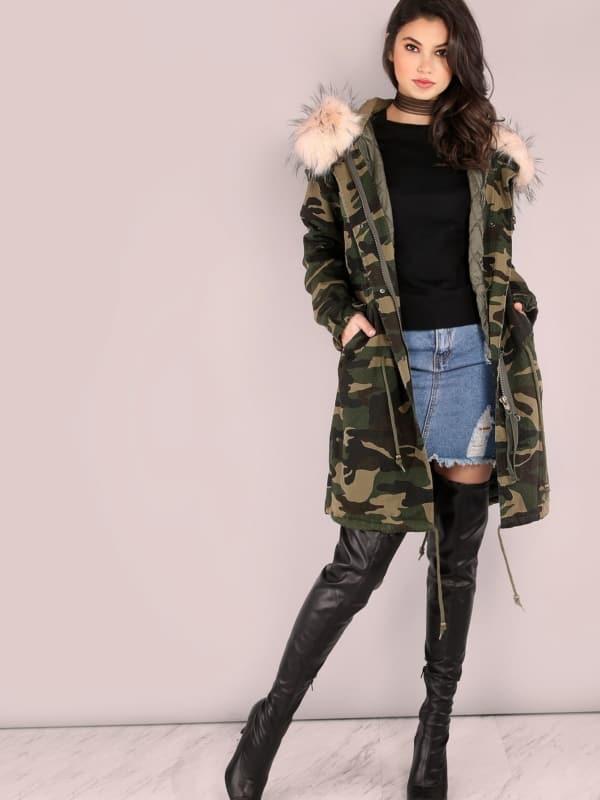 look de inverno com bota over the knee preta e jaqueta camuflada