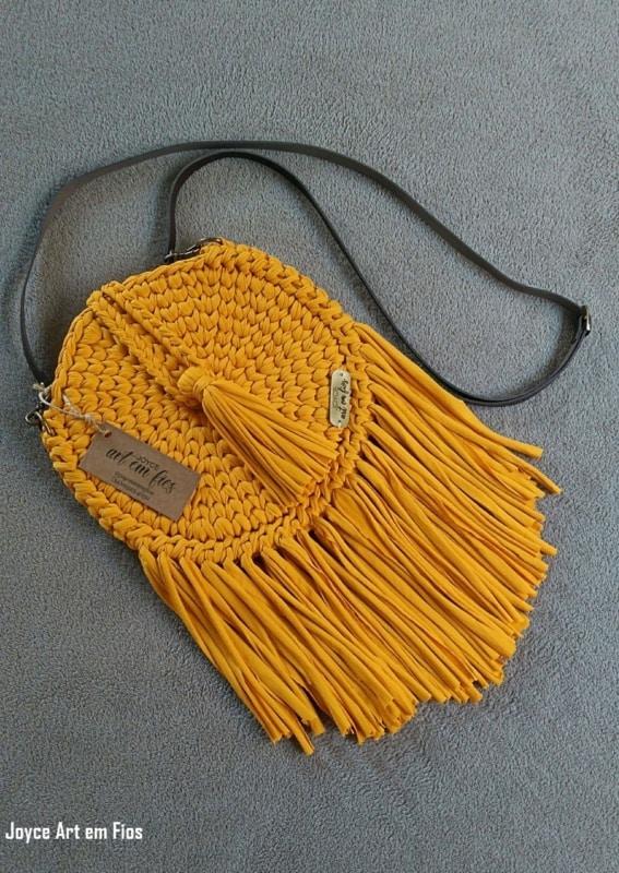 bolsa redonda com franjas de fio de malha