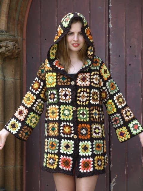 casaco colorido de crochê square com capuz