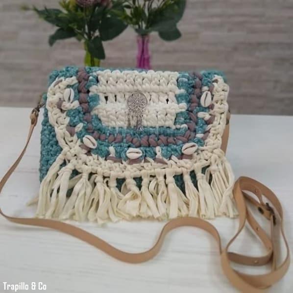 bolsa pequena com franjas em fio de malha