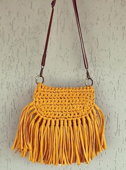 bolsa tiracolo com franjas de fio de malha