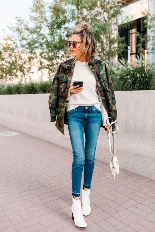 look de inverno com bota e jaqueta camuflada