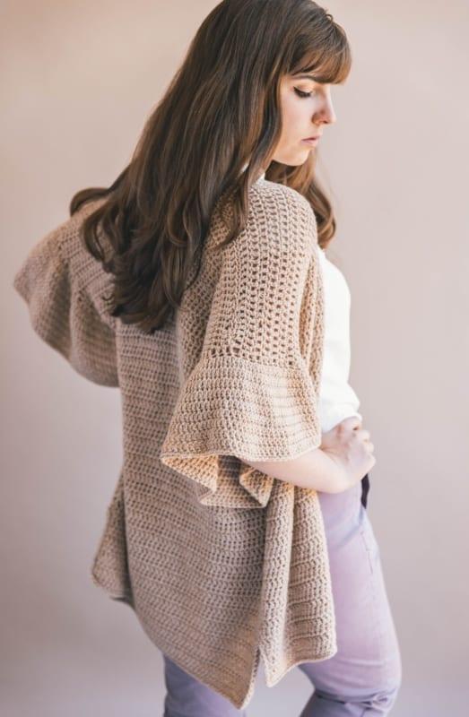 casaco de crochê com babados nas mangas