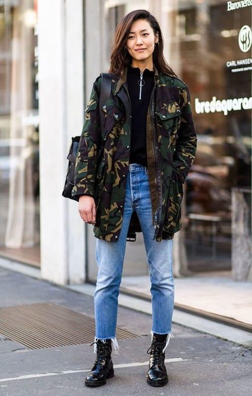 look de inverno com calça jeans e jaqueta camuflada