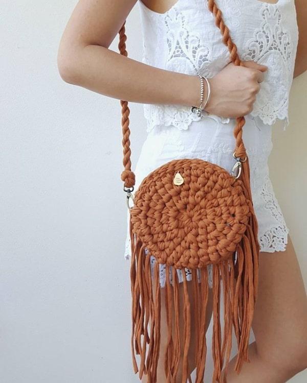 bolsa tiracolo redondo com franjas de fio de malha