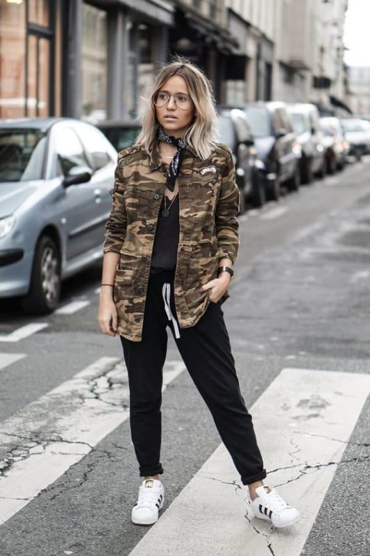 look com calça preta e jaqueta camuflada