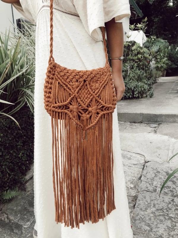 bolsa boho de fio de malha com franjas