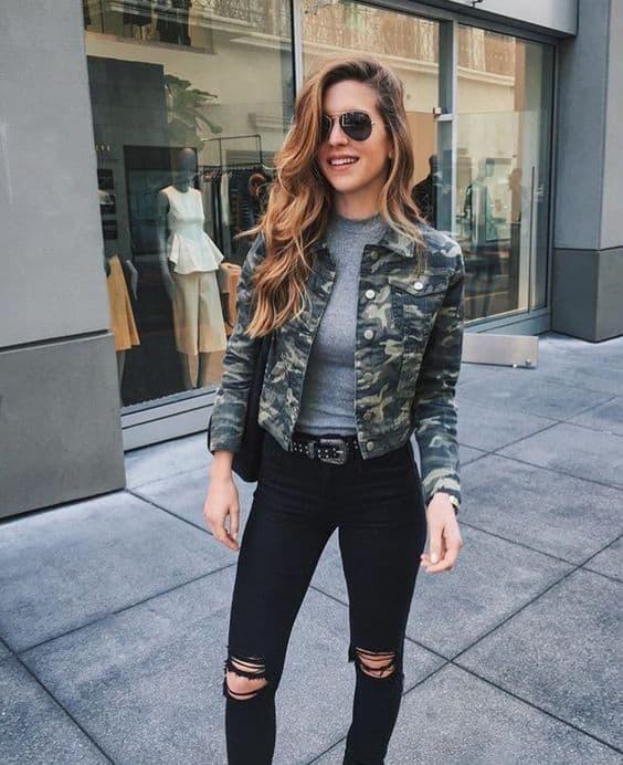 como usar calça destroyed com jaqueta jeans camuflada