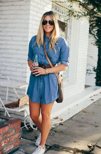 look casual com vestido camisa jeans e tênis