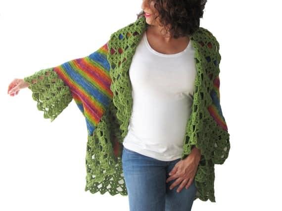 casaco de crochê colorido com babados