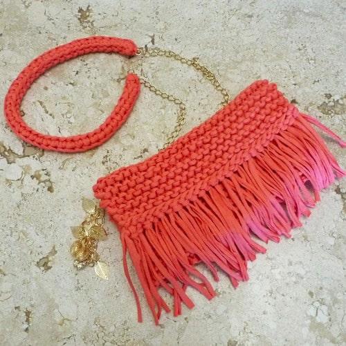 bolsa coral com franjas em fio de malha