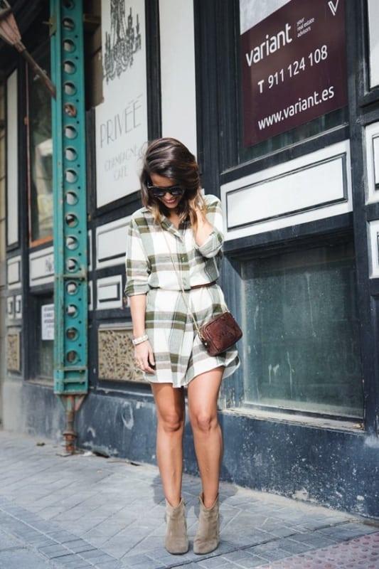 look com vestido camisa xadrez e bota de cano curto