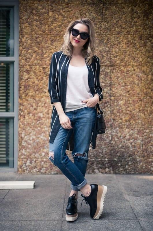 look com calça jeans e chemise aberta