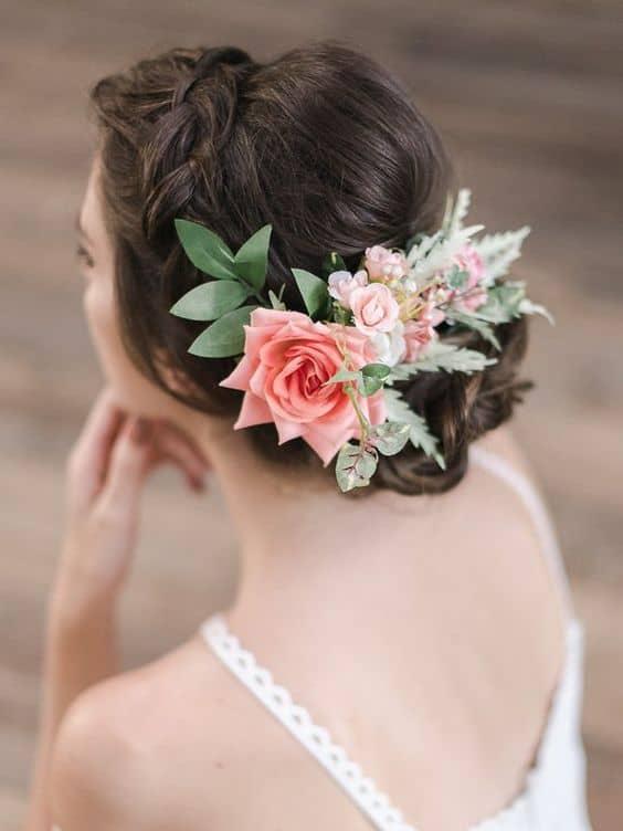noiva com arranjo de cabelo de rosas artificiais