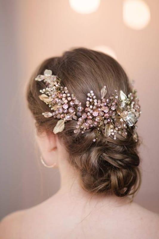 arranjo de cabelo em metal dourado para noivas