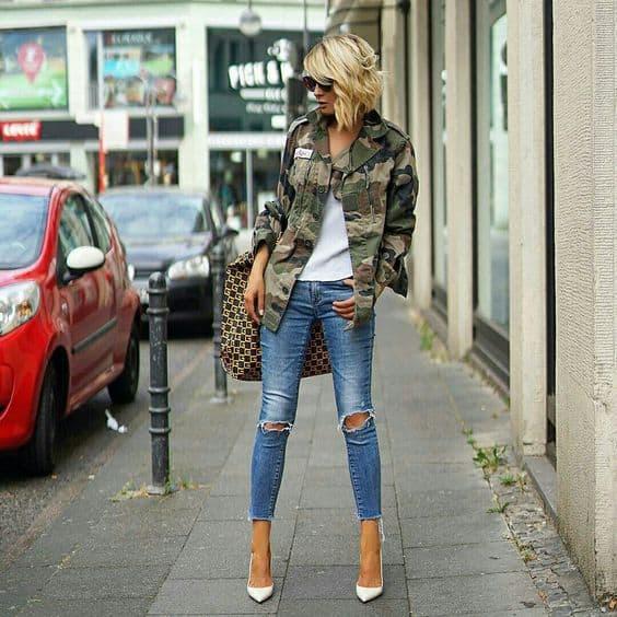 look com calça jeans destroyed e jaqueta militar camuflada