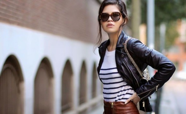 Belo look com jaqueta femina preta e blusa listrada