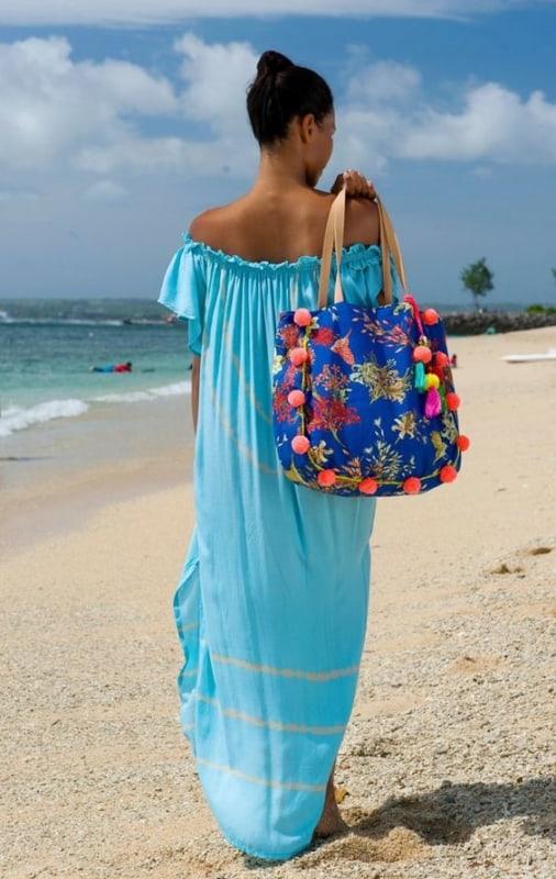 Bolsa de praia azul com pompons