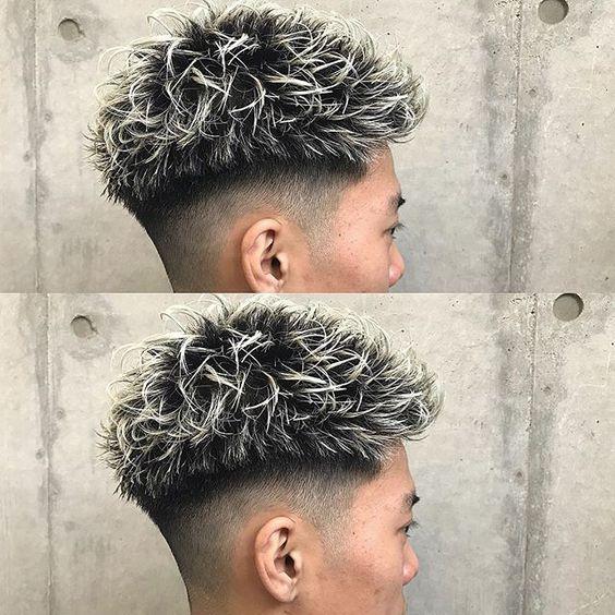 Homem com mechas no cabelo