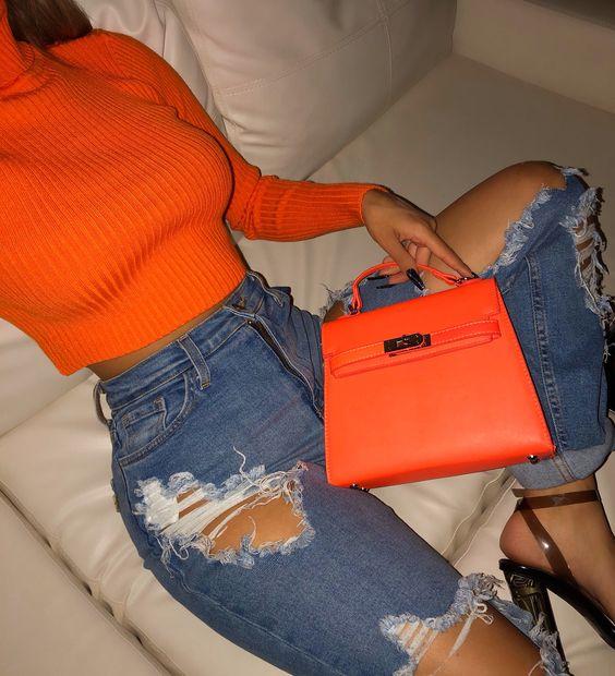 Calça jeans destroyed com blusa canelada laranja neon