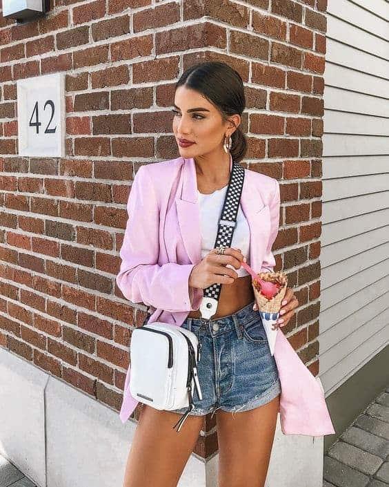 Camila Coelho com shoulder bag branca