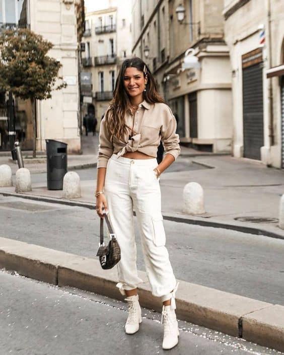 Camisa com nó e calça cargo branca
