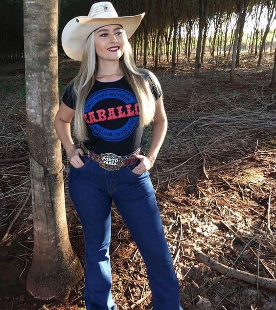 Chapéus estilo cowboy combinam com looks para show sertanejo
