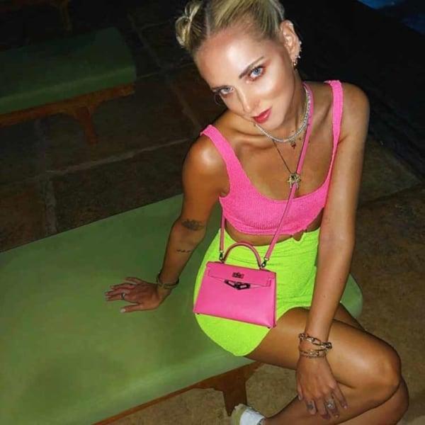 Combinação de top canelado rosa neon com saia verde neon