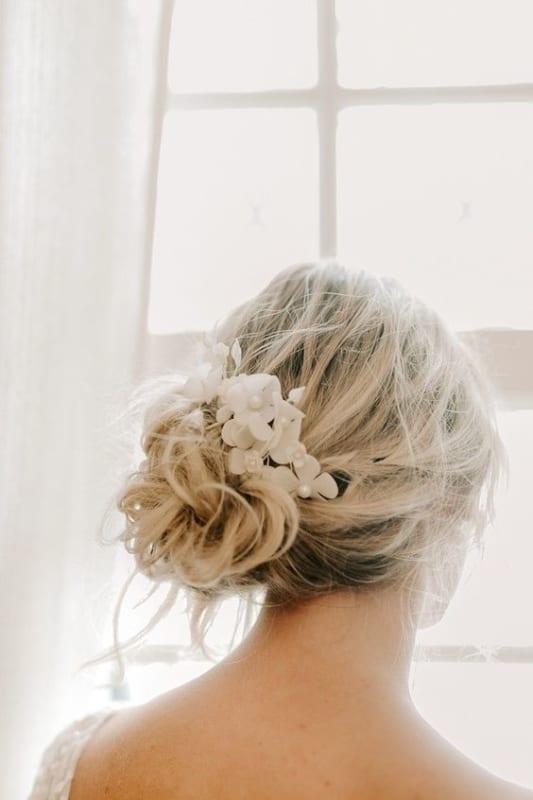 Penteado despojado com flores