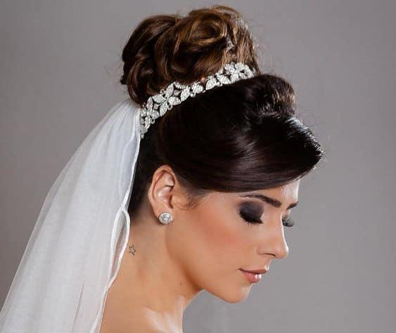 Coque para noiva alto com véu e grinalda