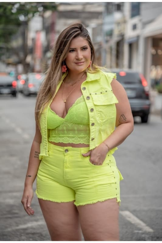 Cropped plus size amarelo neon