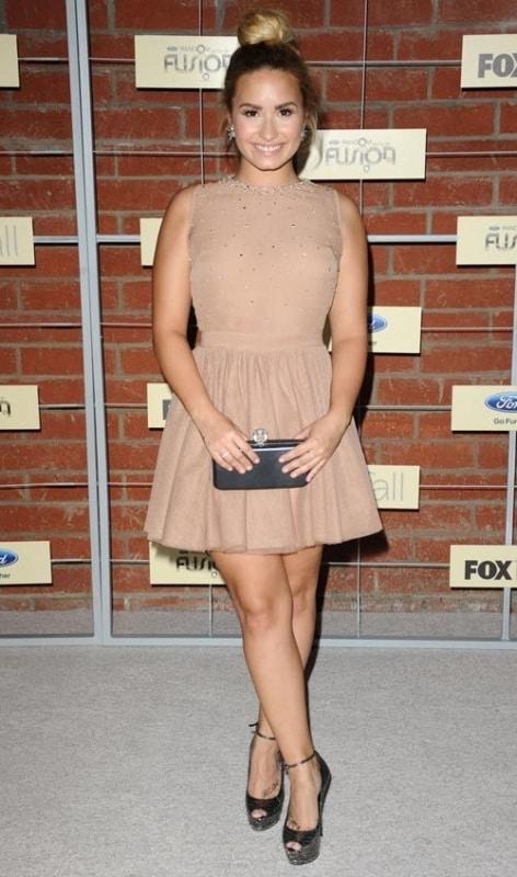 Demi Lovato com vestido rodado nude