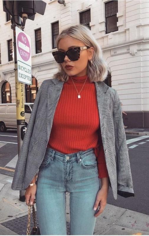 Dica de sobreposição com blazer e blusa vermelha de lã