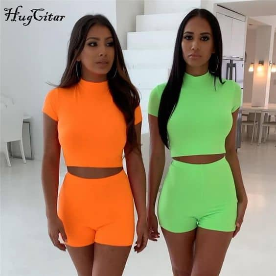 Dois looks com bermuda e cropped de cores neon