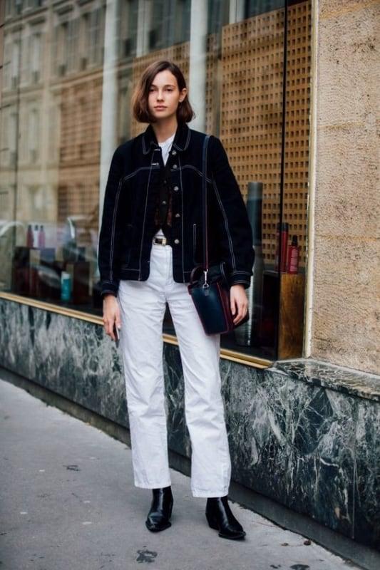 Jaqueta feminina preta com calça clara e botinha