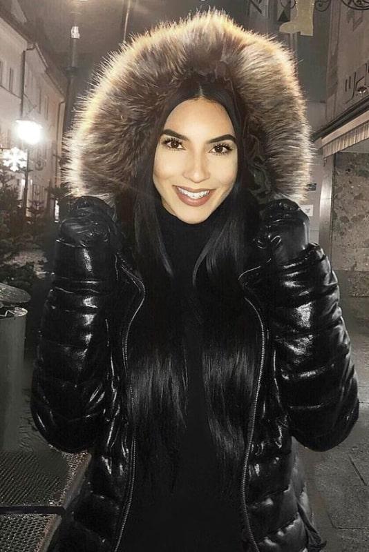 Jaqueta feminina preta com touca de pelinhos